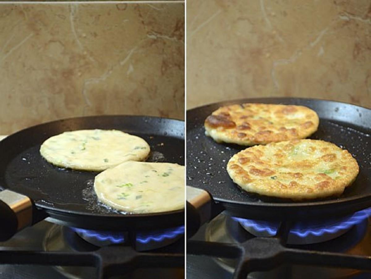 Лепёшки с луком и яйцом на сковороде рецепт